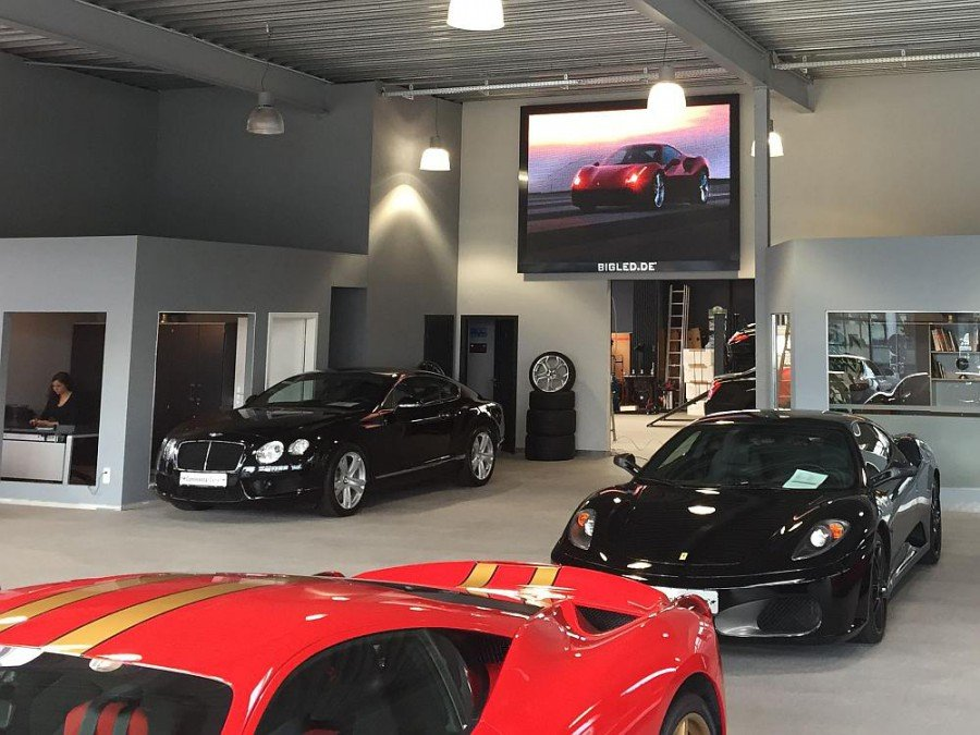Zwischen Bentley und Ferrari - LED Video Wall inszeniert das Angebot (Foto: BIGLED)