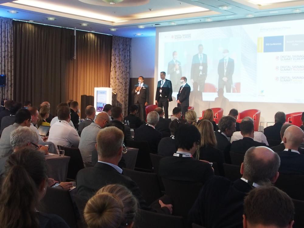 Begrüßten die Teilnehmer des DSS vor der Keynote - ISE Geschäftsführer Mike Blackman(l.), Florian Rotberg (M.) und Oliver Schwede (r.) (Foto: invidis)