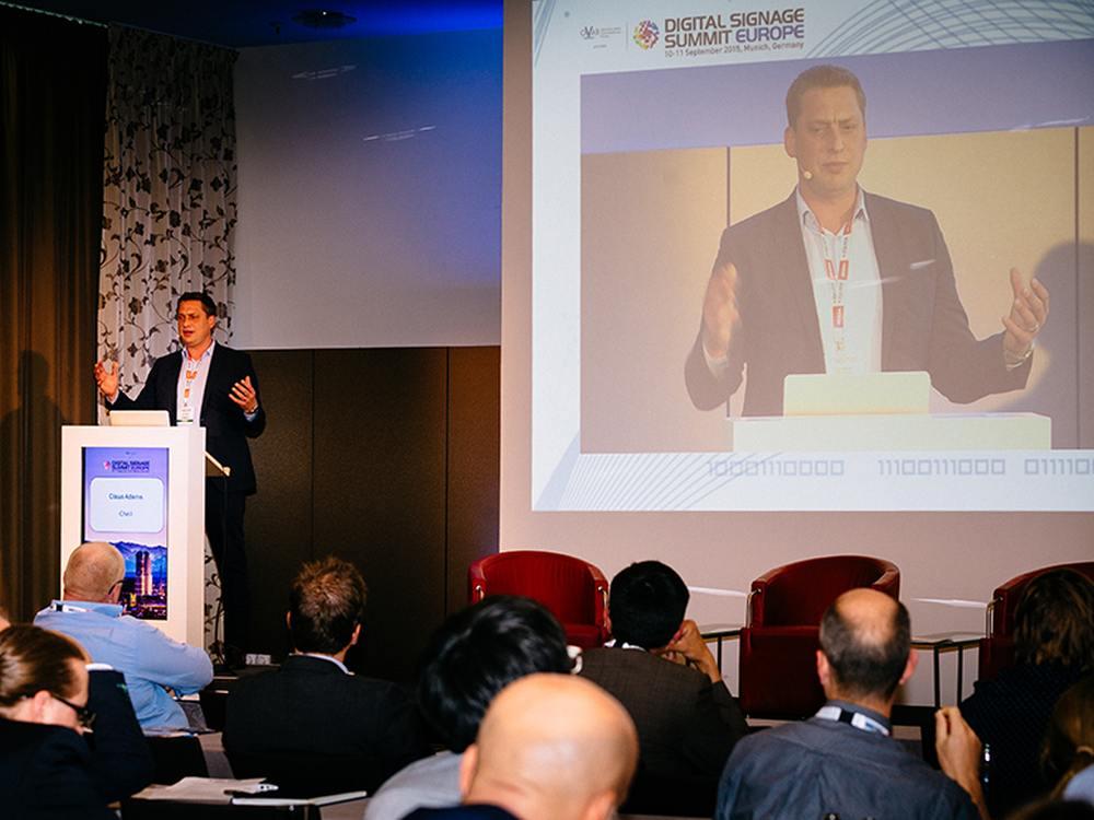 Claus Adams (Cheil) bei der Präsentation auf dem DSS Europe 2015 (Foto: invidis)