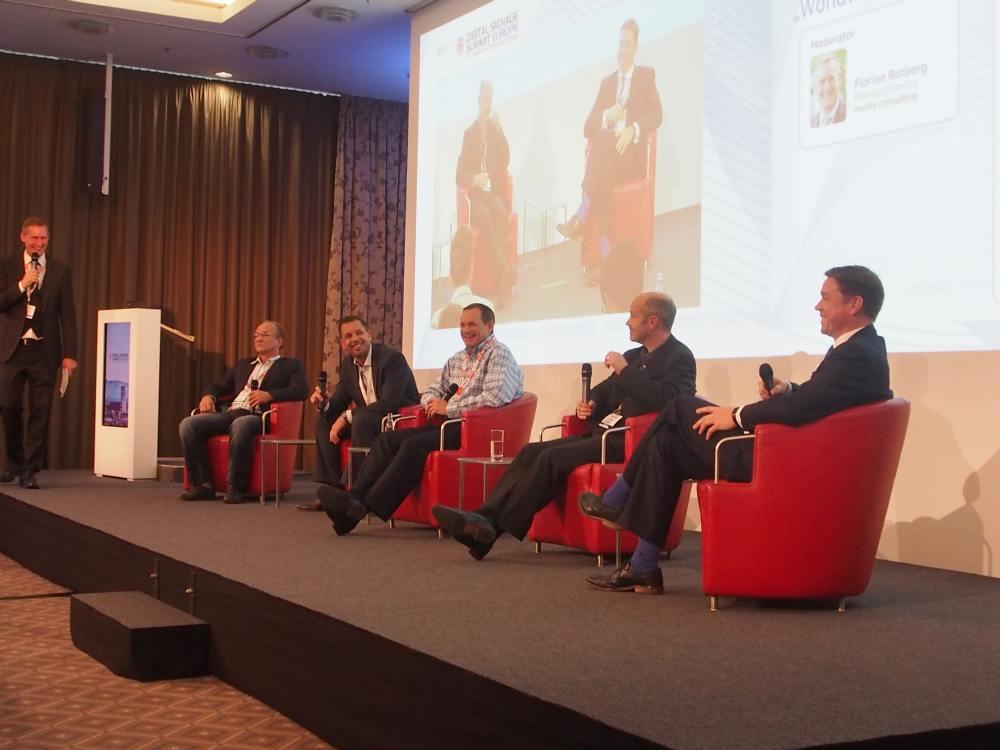 Das Abschlusspodium mit (sitzend, v.l.n.r.) Vladimir Kozlov / DigiSky, Joseph Souren / Scala, Jeff Hastings / BrightSign, Ger O'Keeffe / Intel und Simon Jackson / NEC (Foto: invidis)