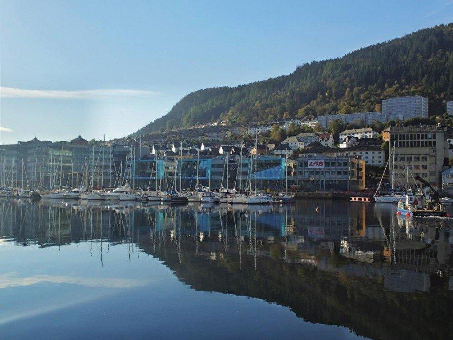Die drei Gebäude in der Mitte beherbergen die DNB Zentrale in Bergen, Solheimsviken (Foto: DNB Bank / Espen Brynsrud)
