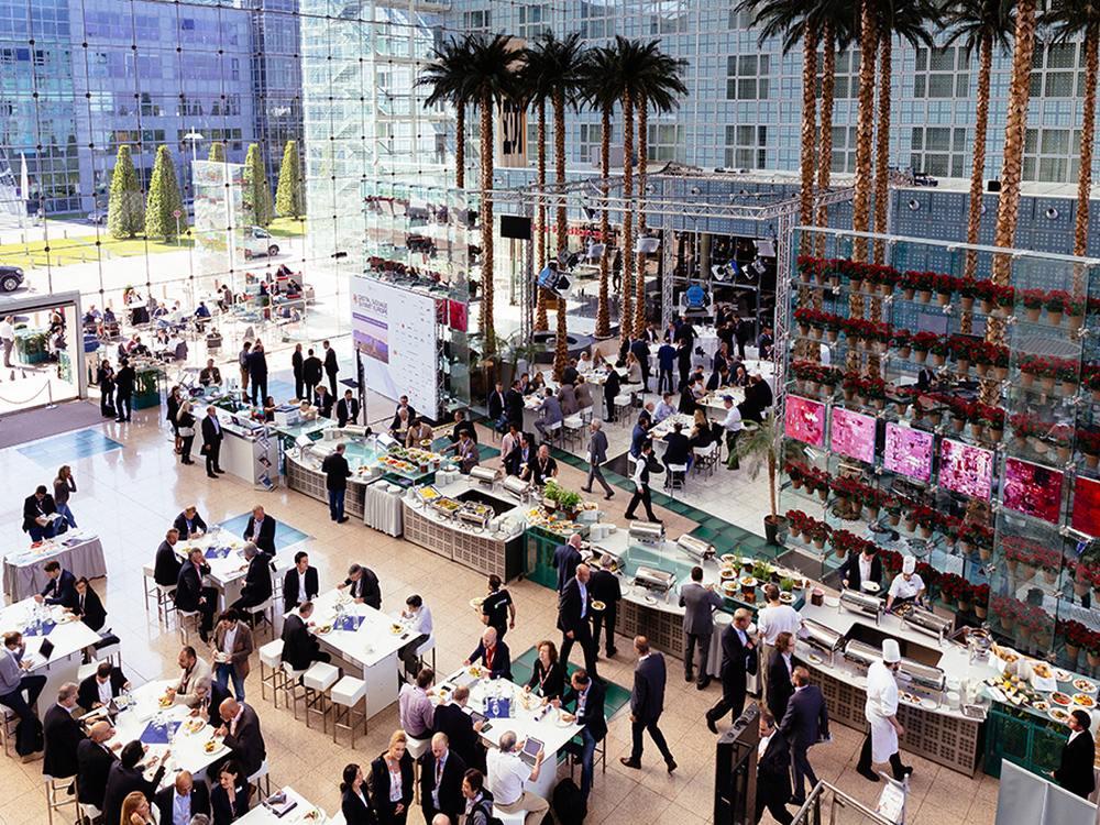 Digital Signage Summit Europe 2015 in München - Teilnehmer der Konferenz während einer Pause (Foro: Steffen Horak)