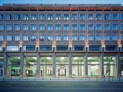 Hier sind alle 12 Konzernmarken vertreten - Fassade des DRIVE.Volkswagen Group Forum (Foto: Volkswagen)