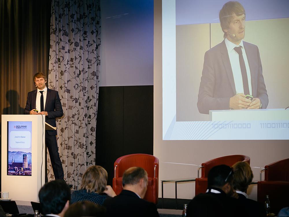 Joachim Bader (SapientNitro) zeigt, wie man Kunden am PoS heute am besten erreichen kann (Foto: invidis)