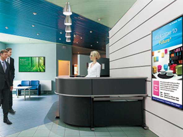 Lobby mit Screens der Serie PN-E (Foto: Sharp)