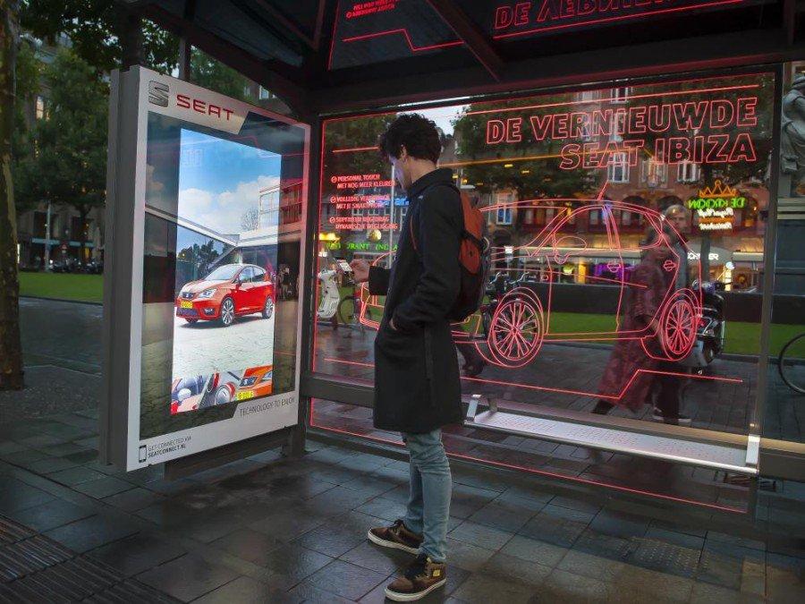Mit einem Klick verwandelt sich der rote Ibiza in ein Modell mit anderer Farbe (Foto: JCDecaux)