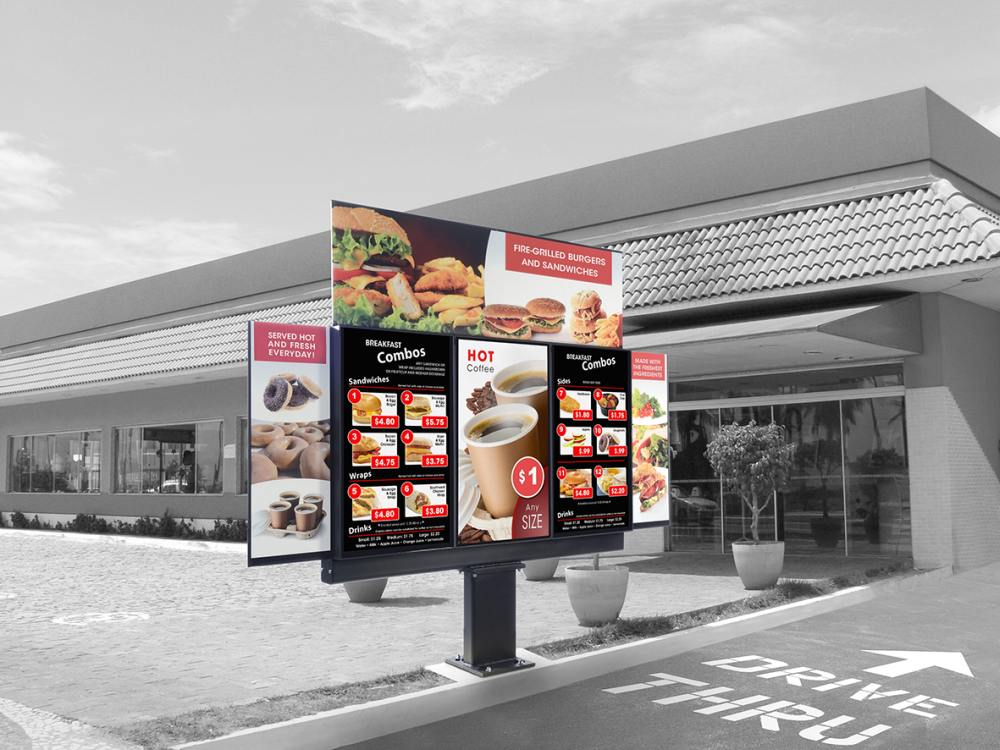 Peerless-AV Outdoor Screen Xtreme vor einem Quick Service Restaurant (Foto: Peerless-AV)