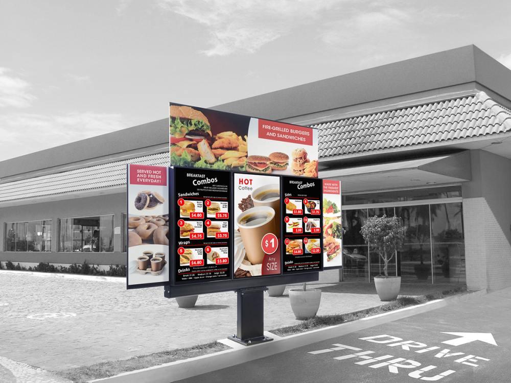 Peerless-AV Outdoor Screen Xtreme vor einem Quick Service Restaurant (Foto: Peerless-AV)