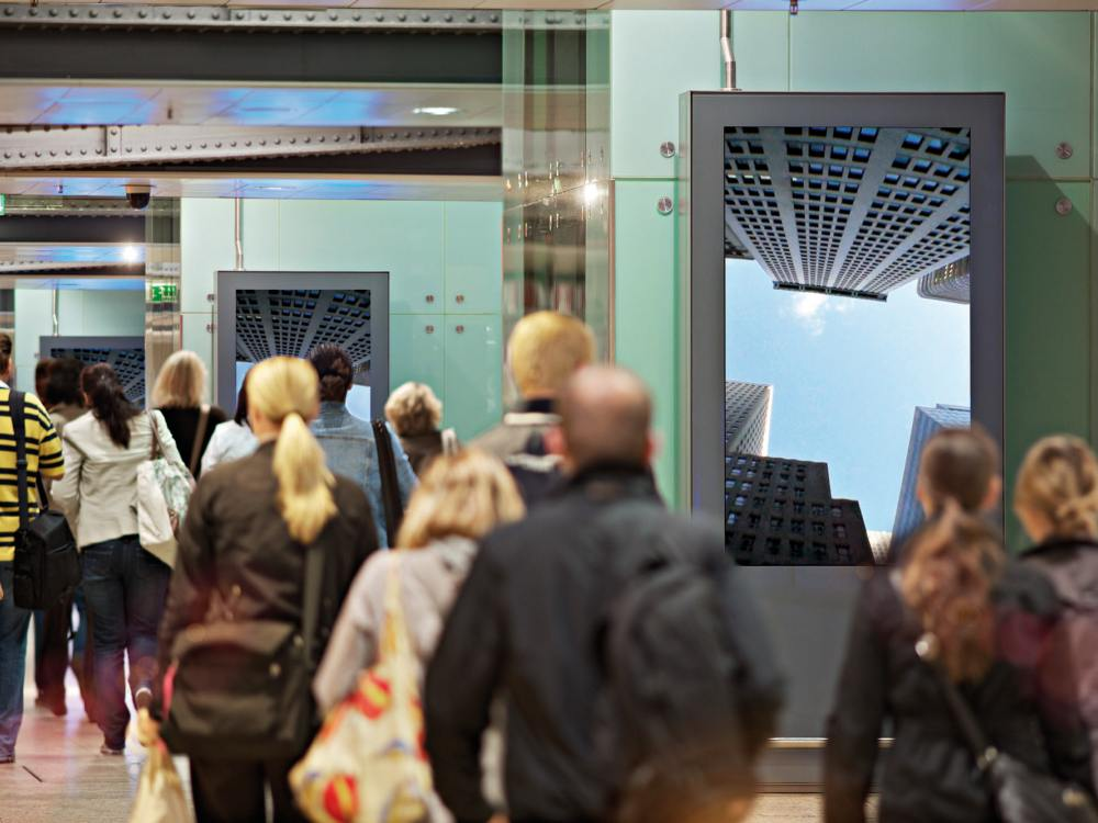 Pendler und Station Video Screens am Hauptbahnhof in Köln (Foto: Infoscreen)