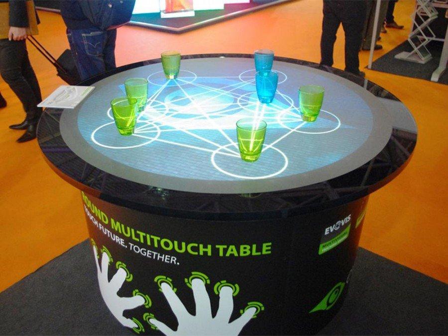 Runder Multitouch Tisch Aurora von eyefactive auf der ISE (Foto: eyefactive)