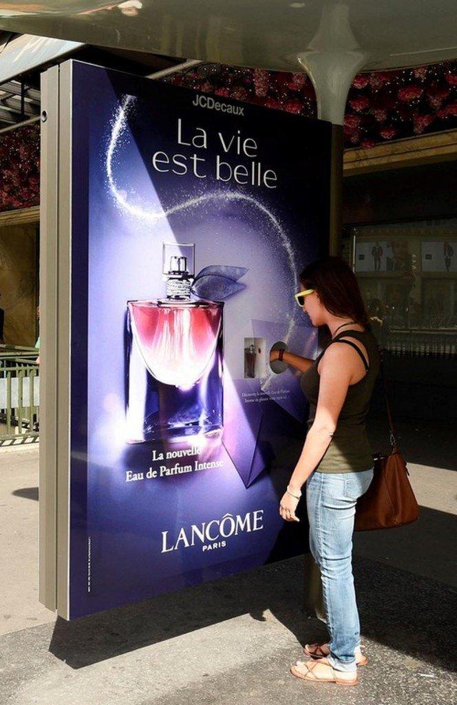Scent an der Bushaltestelle - La vie est belle Kampagne (Foto: JCDecaux)