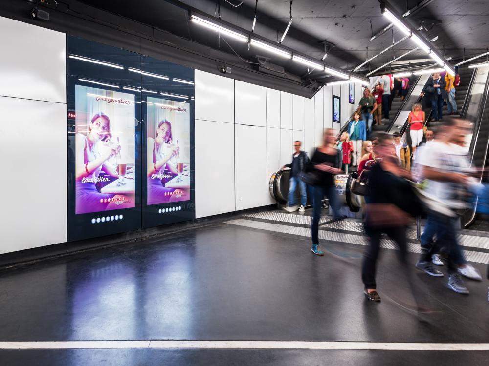 U-Bahnhof Schwedenplatz in Wien - große Screens im Durchgangsbereich, kleine Screens an der Rolltreppe (Foto: Gewista)