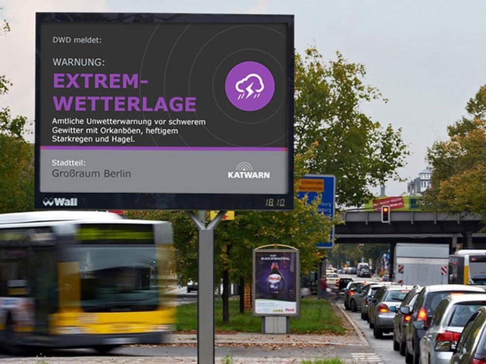 Warnung aus dem Katwarn System auf einem City Light Board in Berlin (Foto: Wall)