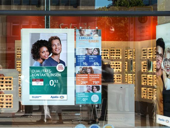 netvico E-Plakat in einem Schaufenster bei Apollo Optik (Foto: netvico)