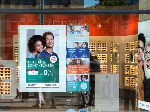 netvico E-Plakat in einem Schaufenster bei Apollo Optik (Foto: netvico)