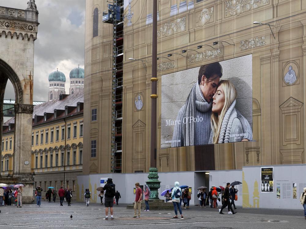 Riesenposter wirbt für Marc O Polo an der Theatinerkirche (Foto: blowUP media)