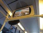 Digital Signage Screen im Fahrgastraum eines Busses (Foto: invidis)