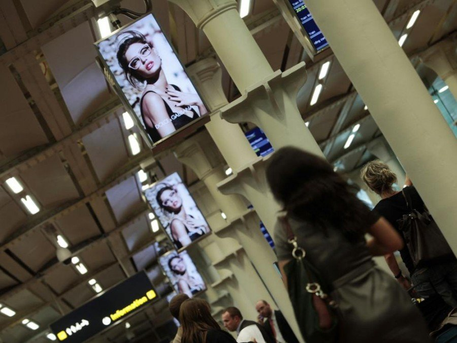 Digital-out-of-Home am Airport - JCDecaux Screens an einem Airport in Großbritannien (Foto: JCDecaux)