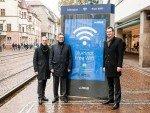 Patrick Möller, Leiter Städtemarketing Wall AG, Dieter Salomon, OB der Stadt Freiburg und Christoph Wufka, Regionalmanager Süd JCDecaux Deutschland, starteten offiziell das bluespot Free WiFi mit 17 Hotspots in Freiburg (Foto: Wall AG)