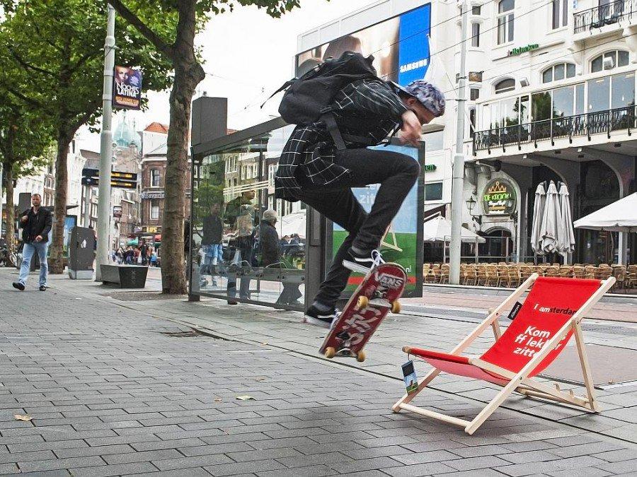 Funktioniert rein technisch ohne Skater und Liegestuhl - Neue Street Furniture mit Dach-Element, das die Netzwerktechnik enthalten könnte (Foto: JCDecaux Innovate)