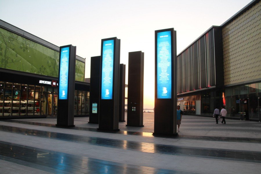 Digital Signage outside The Beach Mall in Dubai (Photo: invidis)