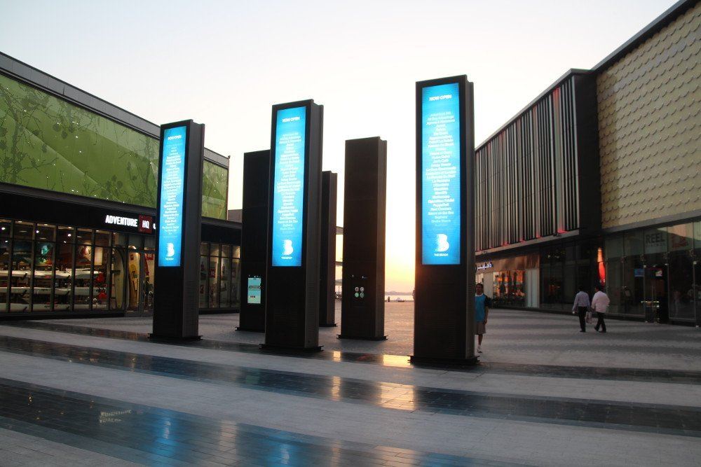 Digital Signage outside The Beach Mall in Dubai (Photo: invidis)