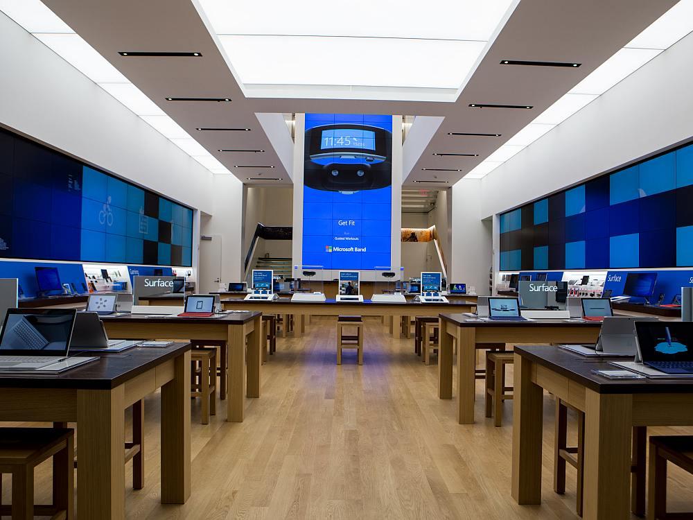Microsft Flagship an der 5th Avenue - im Hintergrund die Video Wall über zwei Stockwerke (Foto: Microsoft)