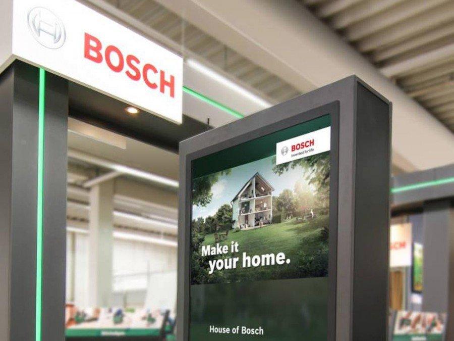 Mit den Digital Signage Stelen setzt Bosch weltweit auf eine interaktive Kundenansprache (Foto: dimedis)