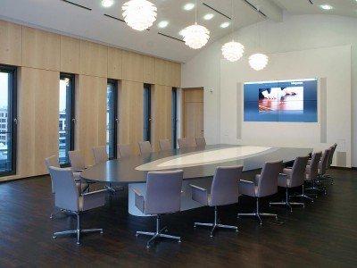 Moderner Konferenzraum - Projekte sollen reibungsloser für Kunden laufen (Foto: DEKOM AG)