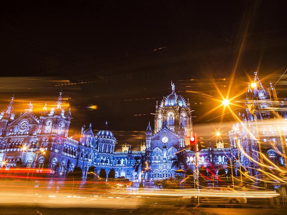 Mumbais Prachtbahnhof Chattrapati Shivaji Terminus in UN Blau (Foto: Dhiraj Singh)