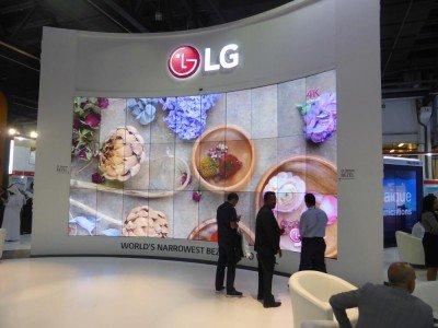 Neue 1,8 Bezel to Bezel Screens von LG in einer curved 10x3 Video Wall (Foto: invidis)