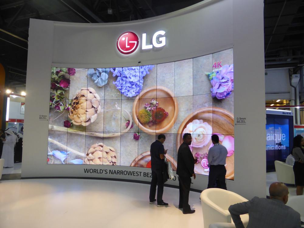 Neue 1,8 Bezel to Bezel Screens von LG in einer curved 10x3 Video Wall (Foto: invidis)