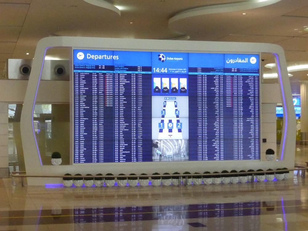 Schauen nicht bloß gut aus, sondern liefern Echtzeit Daten bilingual aus - neue FIDS Walls am Airport DXB (Foto: invidis)