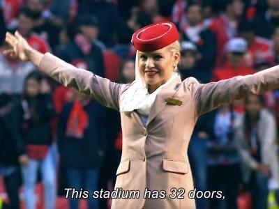 Stimmte mit Kolleginnen die Fans von Benfica auf das Spiel ein - Stewardess von Hauptsponsor Emirates (Screenshot: invidis)