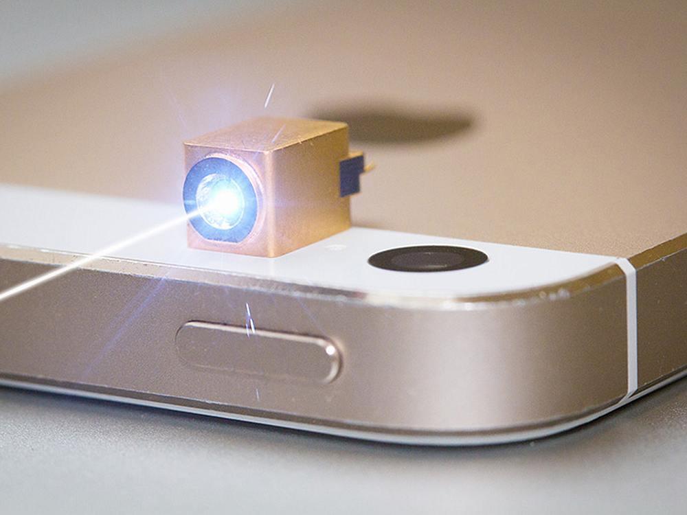 TriLite Pico RGB Laser Modul auf einem Smartphone (Foto: TriLite Technologies)
