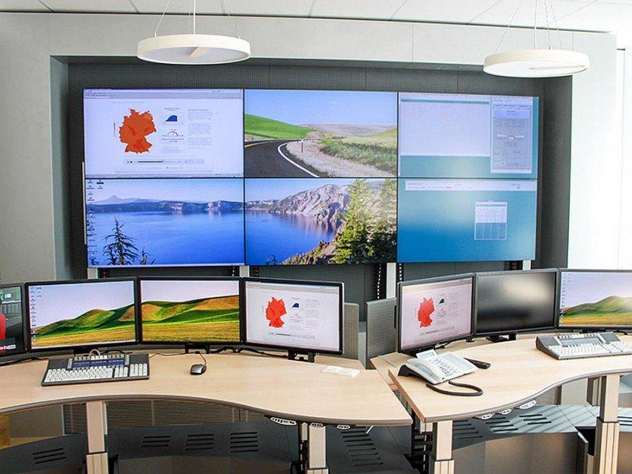 Video Wall und Arbeitsplätze des modernisierten Kontrollraums bei der TIWAG (Foto: eyevis)