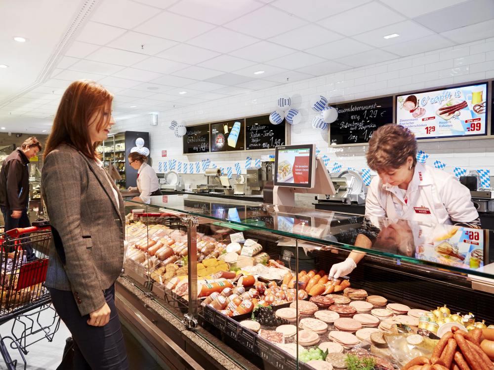 Zu Rewe Dortmund gehörender Markt in Kamen - Kundin an der Frischetheke (Foto: Online Software AG)