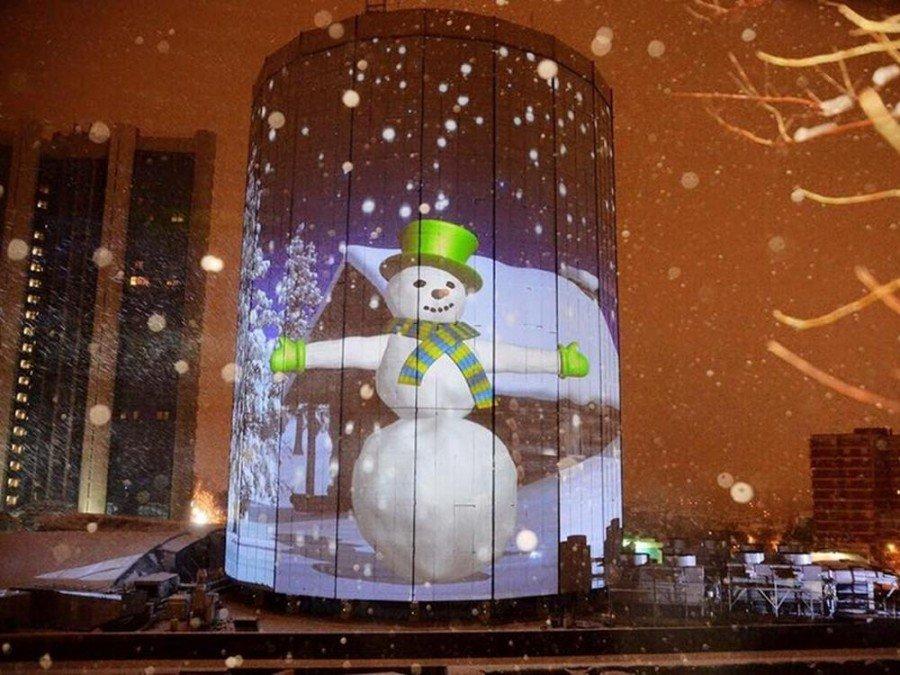 Überdimensionaler Schneemann - Projection Mapping zum Jahreswechsel auf einem Turm der Shopping Mall Akmerkez (Foto: Barco)