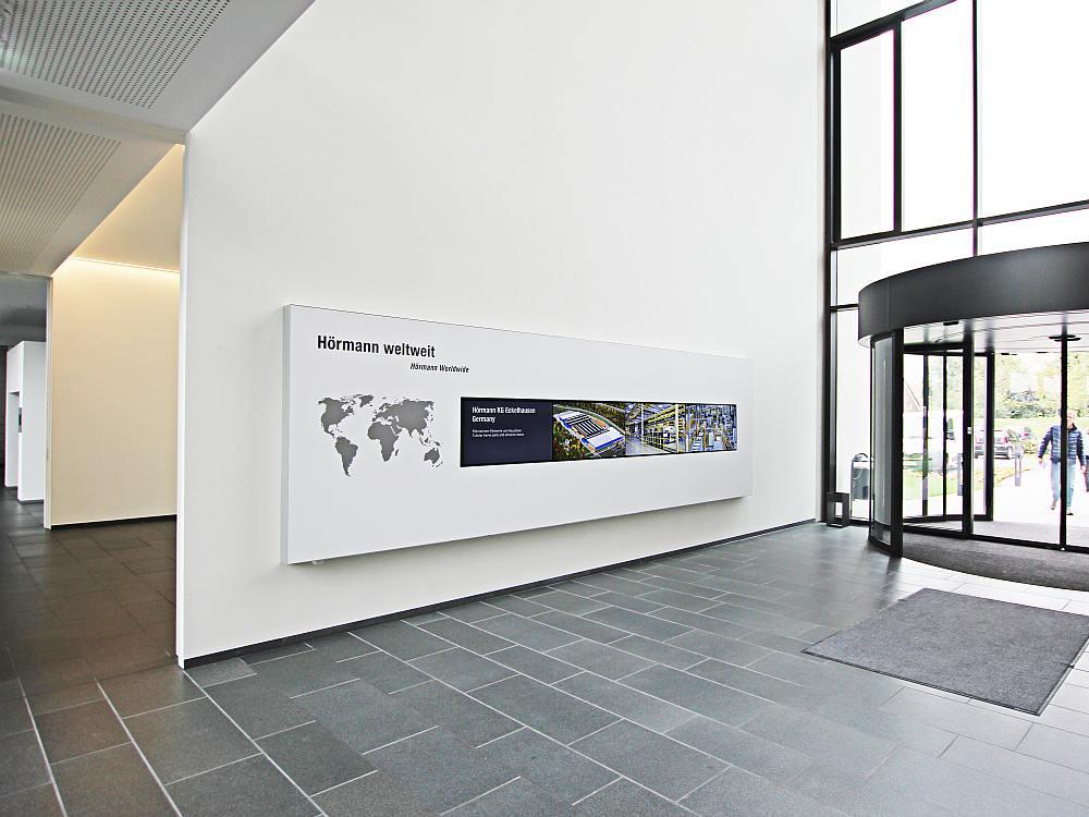 4x1 Video Wall im Eingangsbereich (Foto: komma,tec redaction)