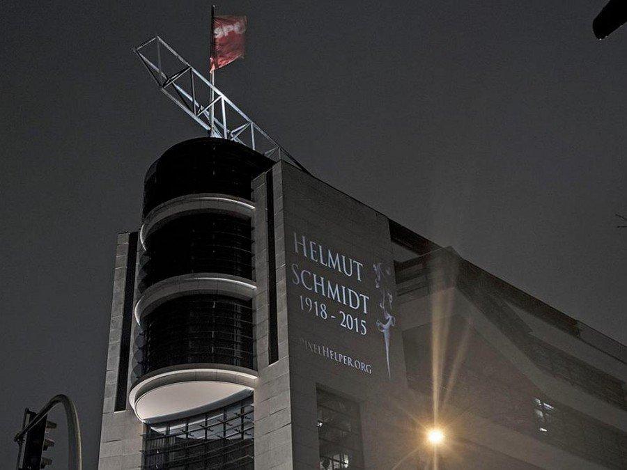 Am Todestag von Helmut Schmidt - Lichtinstallation auf derFassade des Willy-Brandt-Hauses (Foto: Oliver Bienkowski)