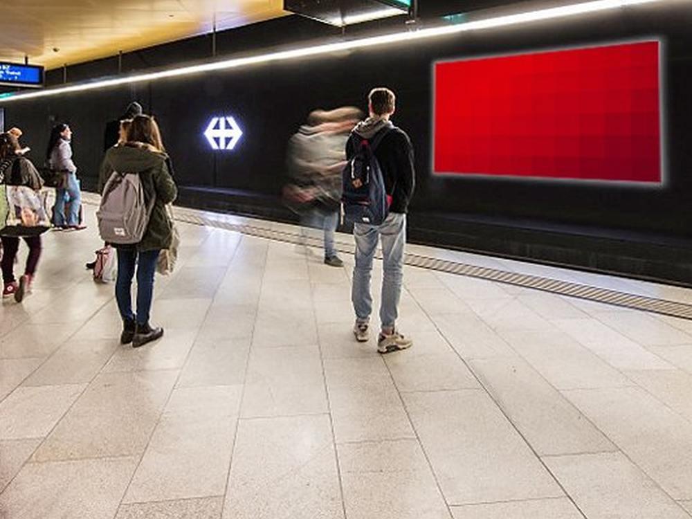Beamer und Screen der APG in einem Schweizer Bahnhof (Foto: APG SGA )