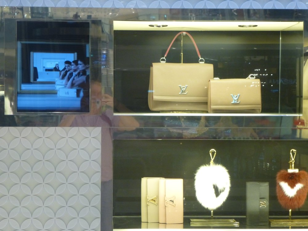 Detail of the Louis Vuitton Shop window display with Small Signage installation on the left (Photo: invidis)