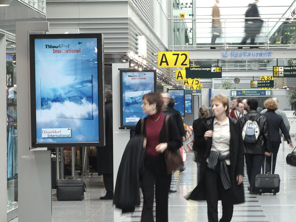 DUS Ad Walk-Screens aus dem Ströer Portfolio (Foto: Infoscreen)