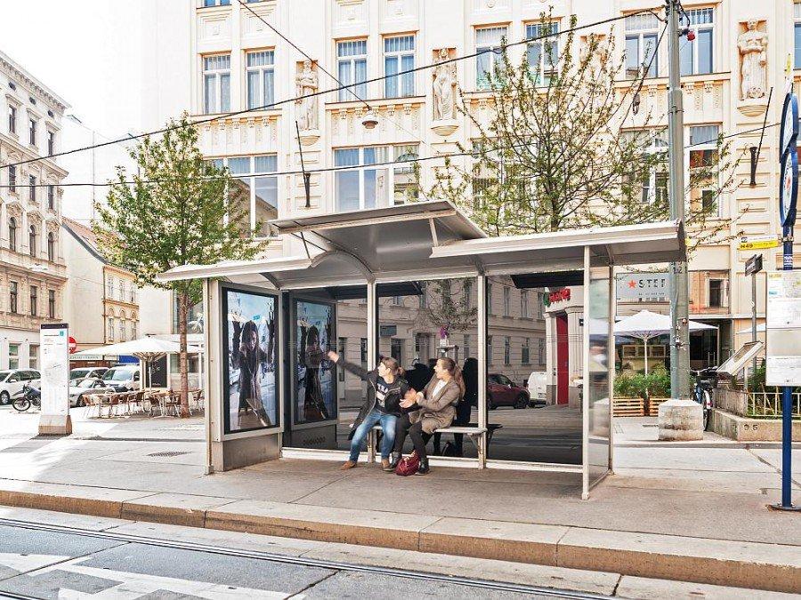Der Scary Shelter im Herbst 2014 an einer Trambahnhaltestelle im 7. Wiener Bezirk (Foto: Gewista)