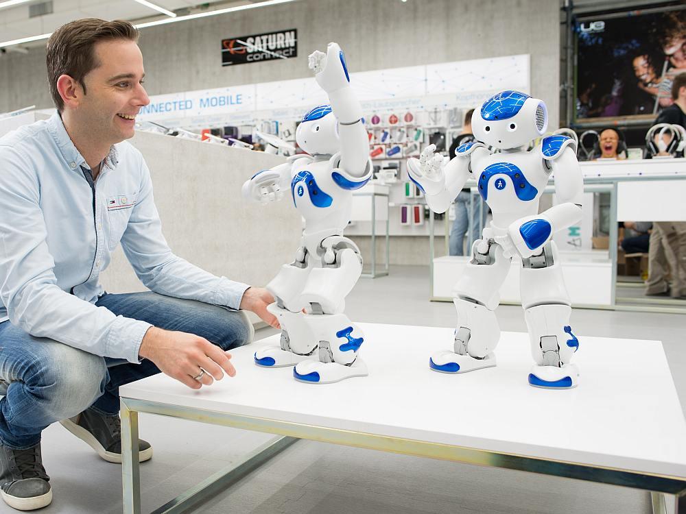 Gadgets und Techniktrends am PoS - Roboter im Saturn Connect in Köln (Foto: Martin Hangen / MSH)