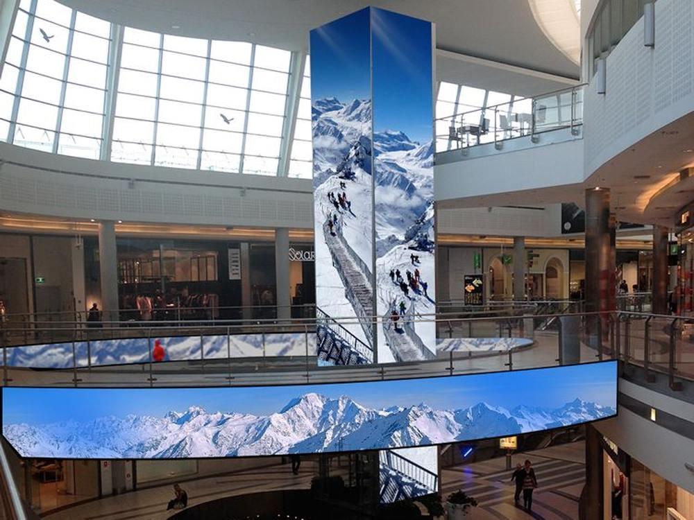 In der Shopping Mall Kasimierz wurden Aufzug und Galerie mit LEDSignage ausgestattet (Foto: BIGLED)