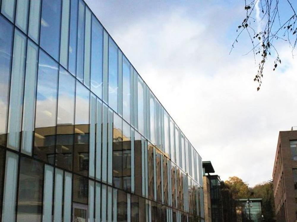 Kingston Hill Uni Campus der Kingston University - links das mit 750 Bloomberg Terminals ausgestattete Learning Resources Centre (Foto: Kingston University)