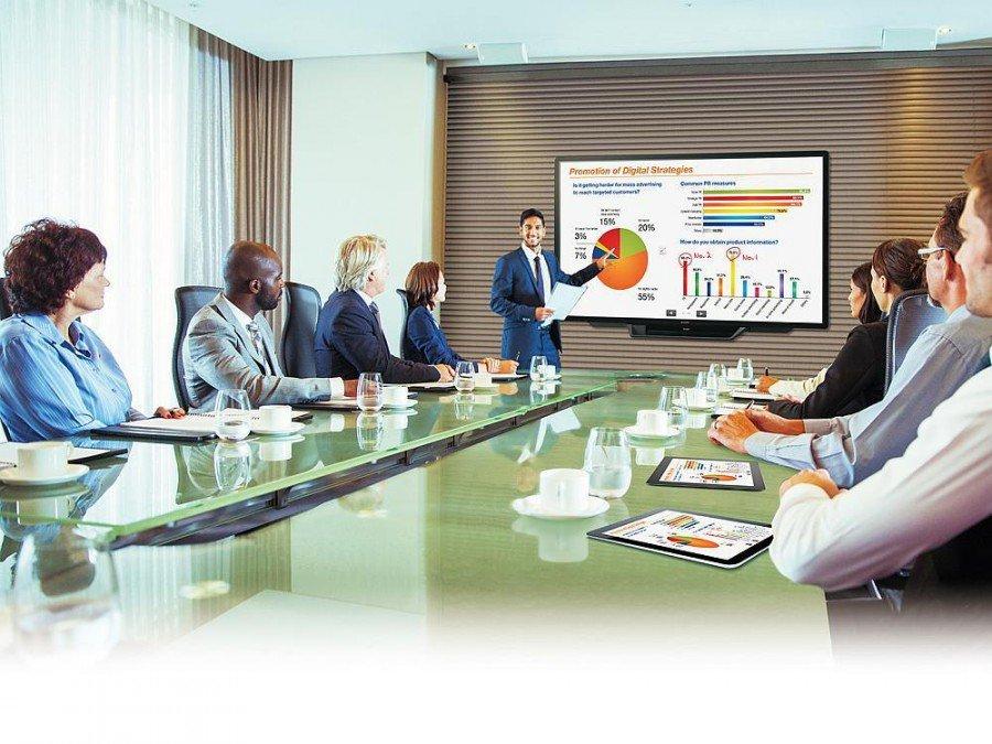 Konferenzraum mit interaktivem Screen PN-80TC3 (Foto: Sharp)