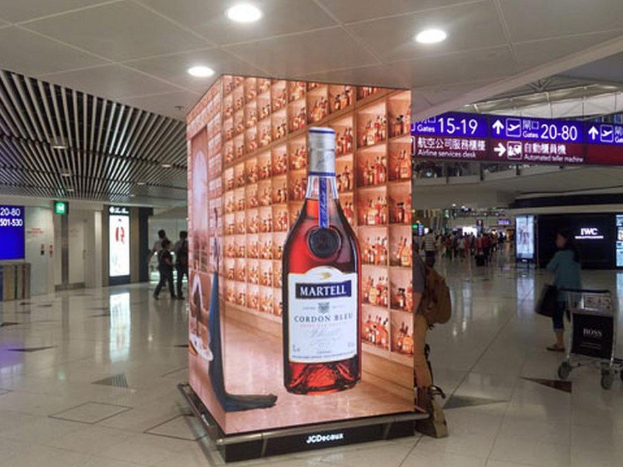 LED Screen im Sonderformat am Airport HKG (Foto: Aoto)