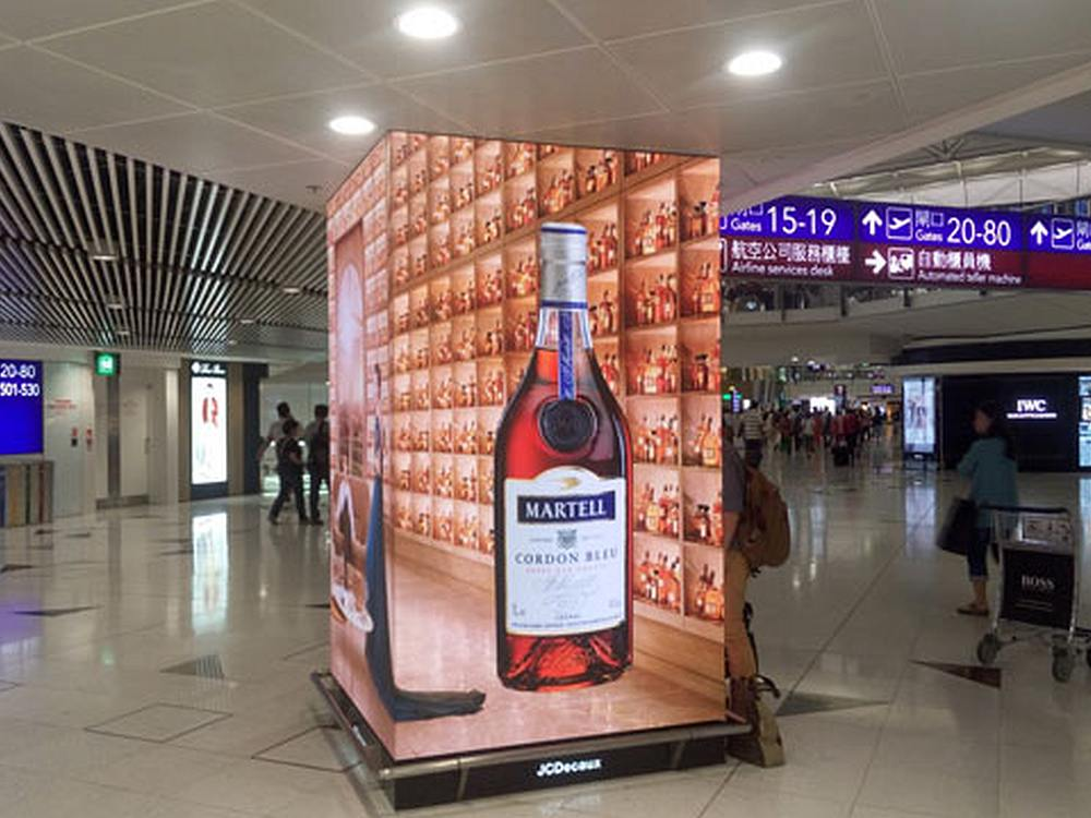 LED Screen im Sonderformat am Airport HKG (Foto: Aoto)